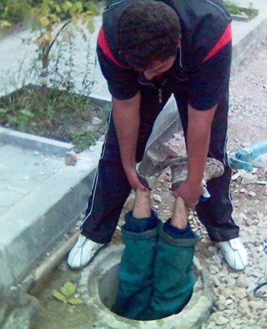 parenting-fail-manhole