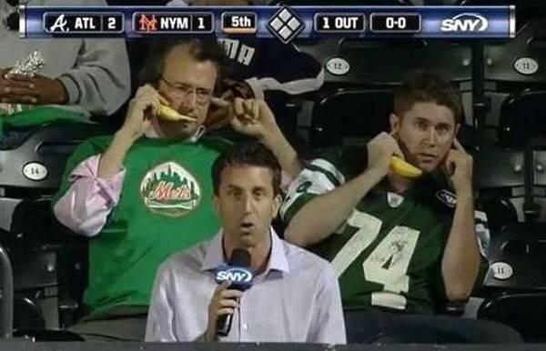 tv-announcer-photobombed